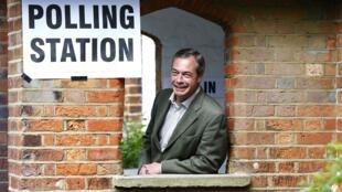 O eurodeputado britânico Nigel Farage chega para votar em Londres, 22 de maio de 2014.