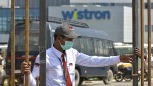 Un garde de sécurité à l'entrée de l'usine du fabricant taïwanais Wistron à Narsapura, près de Bangalore.