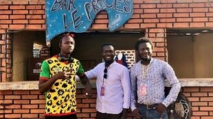 Le rappeur Kayawato, le dramaturge Sedjro Giovanni Hoaunsou et le metteur en scène Djo Ngeleka.