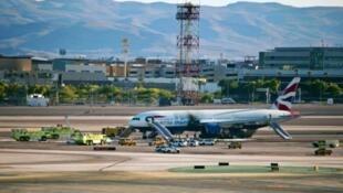 Maafisa wa zima moto wakikizima moto katika ndege ya British Airways, Septemba 8, 2015 katika uwanja wa ndege wa McCarran katika mji wa Las Vegas.