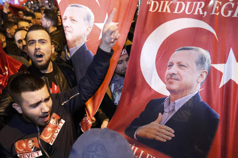 """A Turquia considerou """"desproporcional"""" a ação policial holandesa que dispersou uma manifestação pró-Erdogan, sábado (11), em Roterdã."""