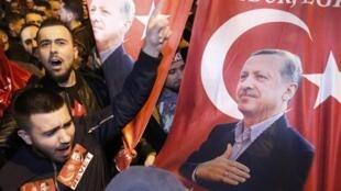 Apoiantes do presidente turco protestam junto ao Consulado da Turquia em Roterdão, a 11 de Março de 2017.