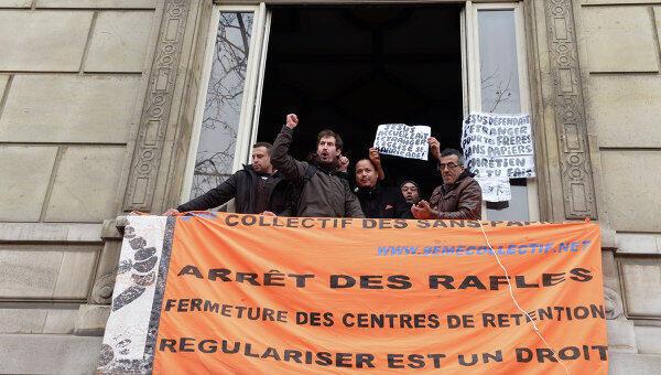 Около четырех десятков человек на несколько часов захватили посольство Ватикана в Париже