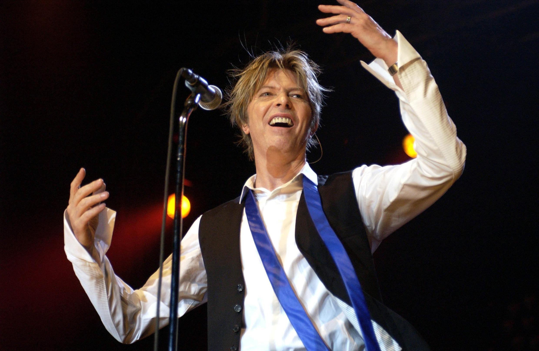 دیوید بویی، در یکی از کنسرتهایش که در ژوئیه سال ٢٠٠٠ میلادی در شهر کلن آلمان برگزار شد .