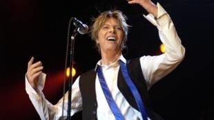 David Bowie sur scène en concert à Cologne en Allemagne, en juillet 2002.