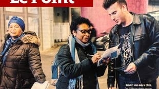 Fiés durante missão de evangelização em estação de trem de periferia parisiense