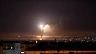 در یک حمله هوایی در شرق سوریه ٦ نفر از نیروهای وابسته به ارتش سوریه و نیروهای مورد حمایت جمهوری اسلامی ایران کشته شدند.