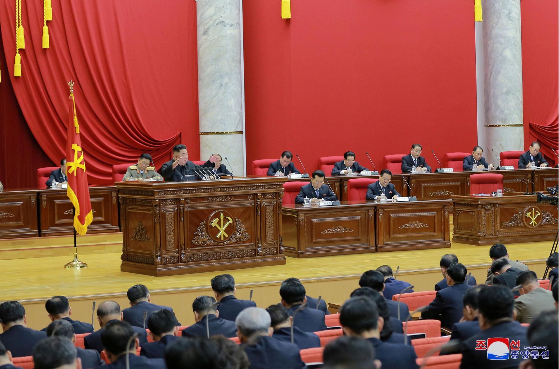 Kim Jong Un chủ trì phiên họp toàn thể lần thứ 7 trung ương Đảng Lao Động Triều Tiên. Ảnh do KCNA phổ biến ngày 29/12/2019.
