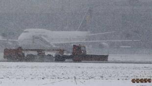 La nieve cae sobre un avión en el aeropuerto de Fráncfort, el 20 de diciembre de 2010.