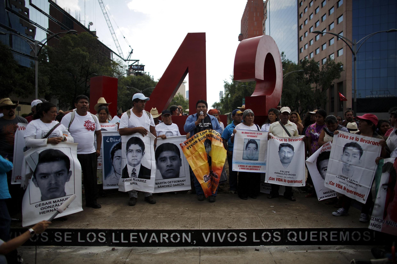 Thân nhân 43 sinh viên mất tích biểu tình tại Mexico, 26/04/2015.