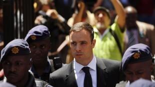 Oscar Pistorius, ao deixar o Tribunal de Pretória nesta sexta-feira, 17 de outubro.