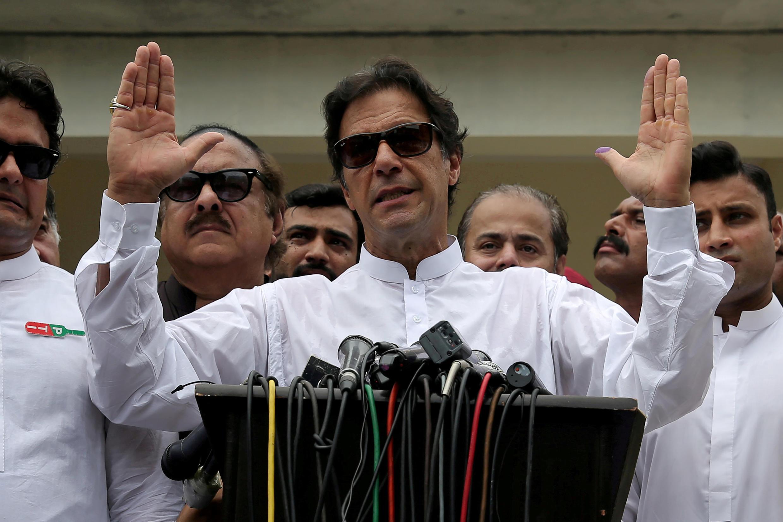 O primeiro-ministro paquistanês Imran Khan tem em mãos um país dividido e à beira da bancarrota.