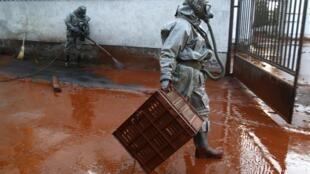 Bùn đỏ đổ xuống các ngôi làng ở phía tây Budapest, Hungary, 05/10/2010, sau vụ vỡ đê tại một mỏ khai thác nhôm Devecser