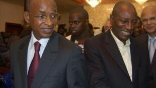 Cellou Dallein Diallo (g)  et Alpha Condé (d) juste avant un meeting au palais Sekhoutoureyah, à Conakry le 06 novembre 2010.