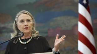 Hillary Clinton discursa em Zagreb, após encontro com o presidente croata Ivo Josipovic. Ela fez duras críticasao Conselho Nacional Sírio