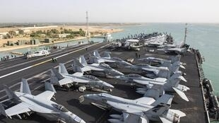 Hàng không mẫu hạm USS Harry S.Truman của Mỹ quá cảnh kênh đào Suez ngày 02/06/2016.