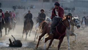 Des cavaliers afghans pratiquent le buzkashi, aux environs de Kaboul (Afghanistan), le 1er décembre 2017.