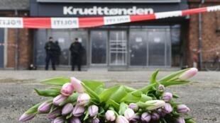 Flores depostas em frente ao centro cultural Krudttonden, em Copenhague, nesta segunda-feira, 16 de fevereiro de 2015.