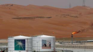Des installations de production sont visibles sur le champ pétrolifère Shaybah de Saudi Aramco, dans le quartier vide, en Arabie Saoudite le 22 mai 2018.