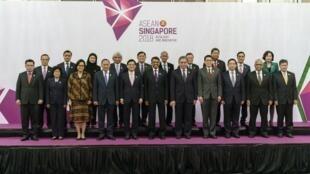 Les ministres asiatiques des Affaires étrangères et les gouverneurs des banques centrales posent pour une photo de groupe lors de la réunion des ministres des finances et des gouverneurs des banques centrales de l'ASEAN à Singapour le 6 avril 2018.