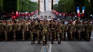 Des soldats de la 1re division, de l'US air force et de l'US Navy et des Marines, préparent le défilé du 14-Juillet, le 10 juillet 2017.