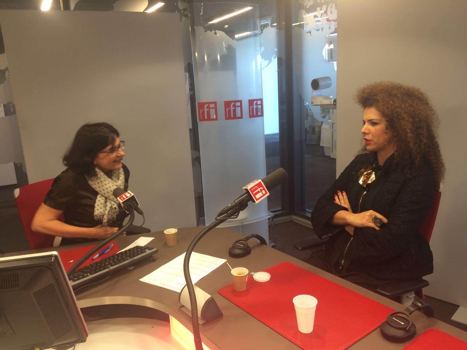 Vanessa da Mata durante entrevista no estúdio 51 da RFI.
