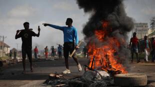 Neumáticos incendiados en una calle de Abuya, en Nigeria, el 20 de octubre de 2020