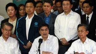 Ex-primeiro-ministro Abhisit Vejjajiva, durante anúncio do boicote na sede do Partido Democrata neste sábado, em Bangcoc.