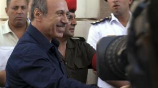 Tribunal de l'Académie de police, Le Caire, le 3 août 2011. L'ex-ministre de l'Intérieur, Habib el-Adli, (premier plan), échange une poignée de mains avec des officiers.