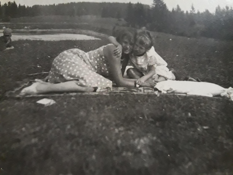 Ксения Гузеева с мамой Екатериной Теннер-Мейсельман. Писательская дача в Елизаветино, 1937 год.