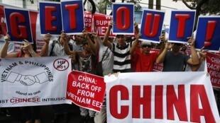 Người Philippines cùng người Việt biểu tình trước lãnh sự quán Trung Quốc tại Manila, ngày 16/05/2014