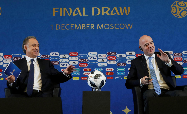 Chủ tịch FIFA Gianni Infantino (phải) và thứ trưởng bộ Thể Thao Nga Vitaly Mutko tại Matxcơva ngày 01/12/2017