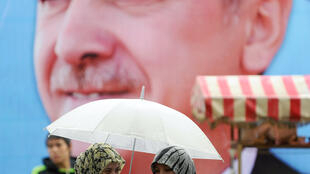 Le président turc Recep Tayyip Erdogan a affirmé, lundi 24 novembre, que les femmes ne pouvaient pas être égales aux hommes.