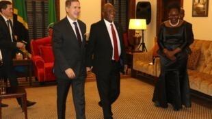 Balozi wa Ufaransa nchini Tanzania Frederic Clavier akiwa na Rais wa nchi hiyo Dokta John Pombe Magufuli hivi karibuni