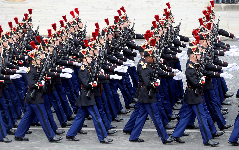 Пехотный полк Республиканской гвардии. Национальный праздник Франции. Площадь Согласия в Париже 14 июля 2020.