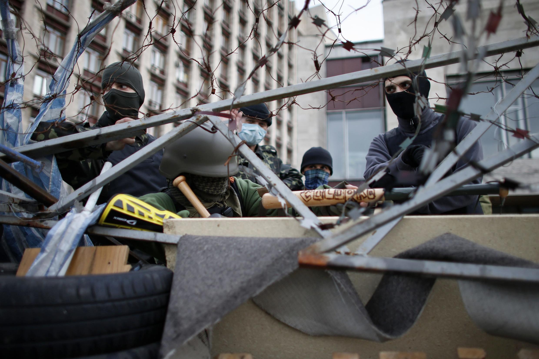 Wanaharakati wanaunga mkono kujitenga kwa eneo la mashariki mwa Ukraine wakilinda jengo la serikali la mji wa Donetsk, aprili 21..