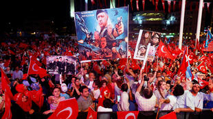 Place Taksim à Istanbul, le 10 août 2016 au soir: sur les affiches, le «commandant en chef» Recep Tayyip Erdogan.