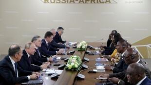 Le président russe Vladimir Poutine (2è g.) rencontre son homologue centrafricain Faustin Archangel Touadera (3è d.) en marge du sommet Russie-Afrique de 2019 à Sotchi, le 23 octobre 2019.