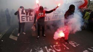Des lycéens et étudiants français manifestant contre la loi El Khomri, le 9 mars 2016 à Paris.