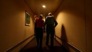 En 2007, l'Australienne Angelika Elliott (à gauche) avait accompagné son mari John Elliott (à droite) dans un institut à Zurich pour l'assister dans sa démarche de suicide assisté (image d'illustration).