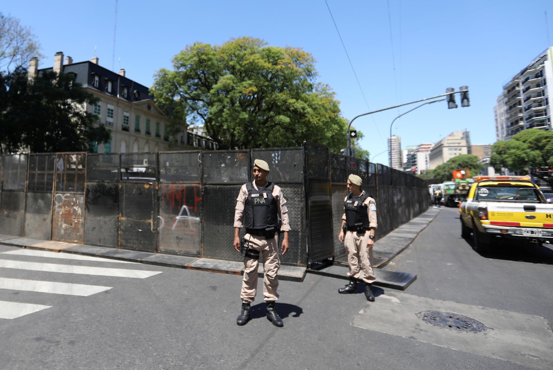 A cidade blindada, sitiada pelas forças de segurança.