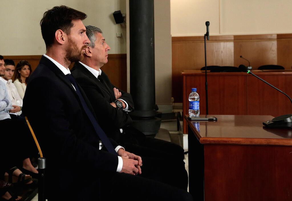 Mshambuliaji wa Barcelona, Lionel Messi akiwa mahakamani pamoja na baba yake Jorge Messi, wawili hawa wamehukumiwa kifungo gerezani kwa makosa ya ukwepaji kodi