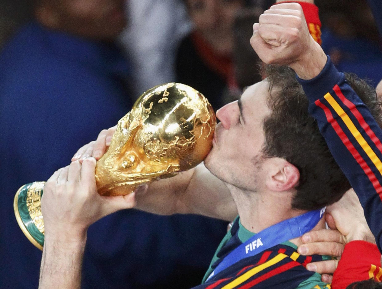 Thủ môn Iker Casillas hôn chiếc Cúp vô địch thế giới FIFA .