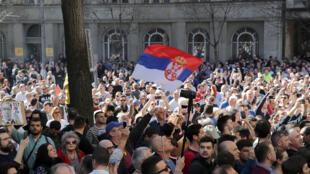 Les manifestants devant le palais présidentiel à Belgrade, dimanche 17 mars 2019.