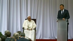 Papa ouve o discurso de boas-vindas do presidente polaco.