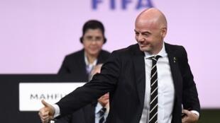 Shugaban hukumar FIFA, Gianni Infantino, bayan sake zabarsa a wa'adi na 2 a birnin Paris.