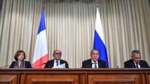 """وزرای امور خارجه و دفاع فرانسه و روسیه برای نخستین بار پس از هفت سال در مسکو گردهم آمدند تا در چارچوب """"شورای همکاریهای روسیه-فرانسه در مسائل امنیتی"""" در ترکیب ۲+۲، با یکدیگر مذاکره کنند."""