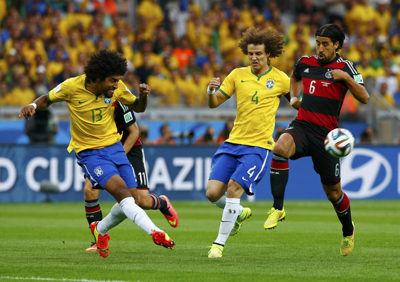 Sami Khedira akikabiliana na wachezaji wa Brazil, Dante na David Luiz.