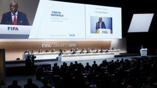 توکیو سکسوال در حال سخنرانی در کنگرۀ فیفا در زوریخ