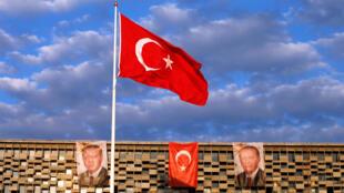 Portraits de Recep Tayyip Erdogan sur un immeuble près de la place Taksim, à Istabul, le 18 juillet 2016.